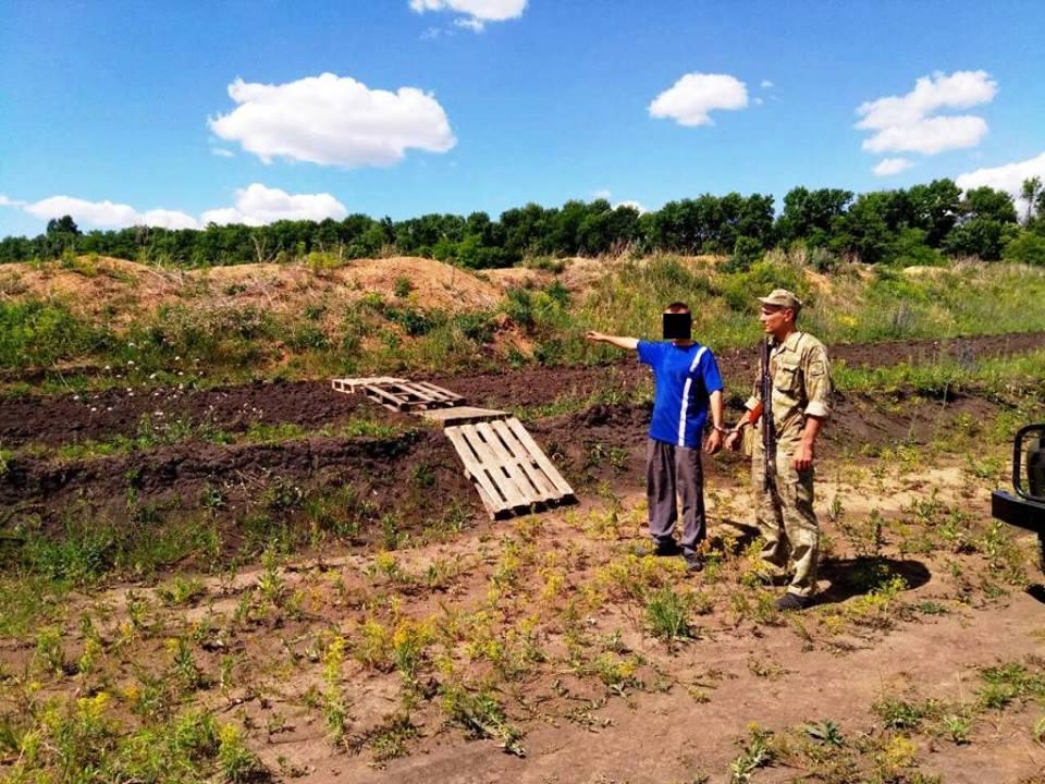 Мужчина пытался построить мост в другую страну среди поля под Харьковом (фото)