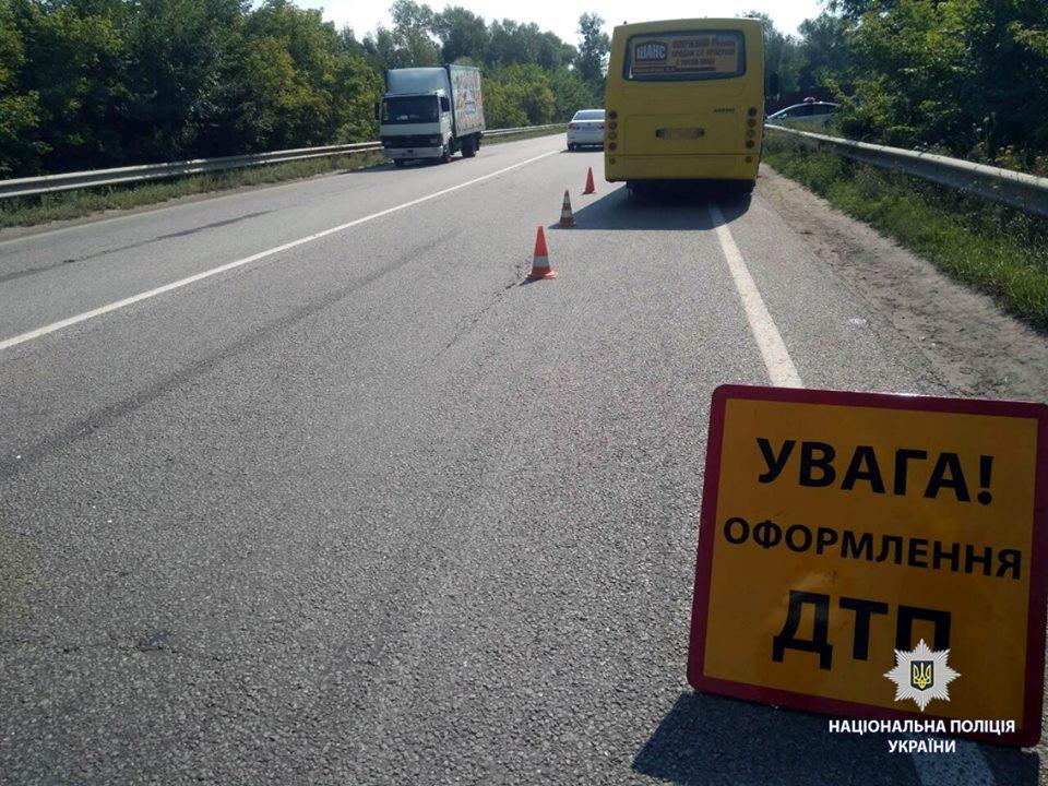 ЧП под Харьковом. Пассажиров маршрутки спасают медики (фото)