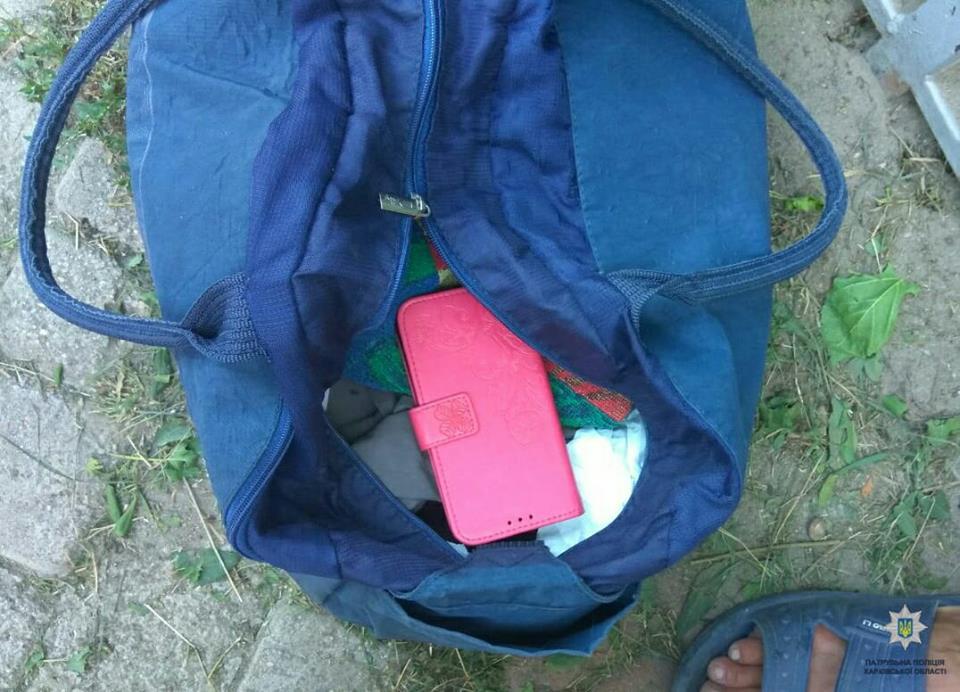 Харьковчанка с синей сумкой попала в неприятности посреди улицы