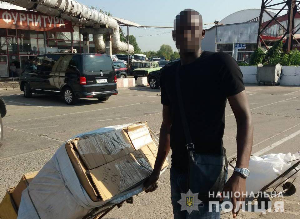 Группу мужчин оштрафовали на харьковском рынке