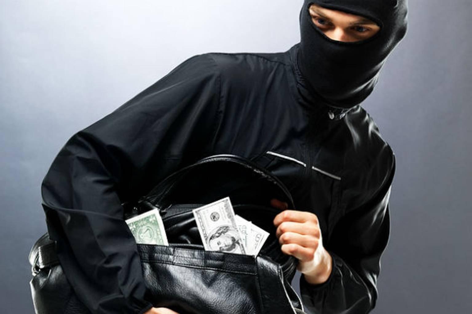 Мужчина потерял огромные деньги посреди дороги в Харьковской области