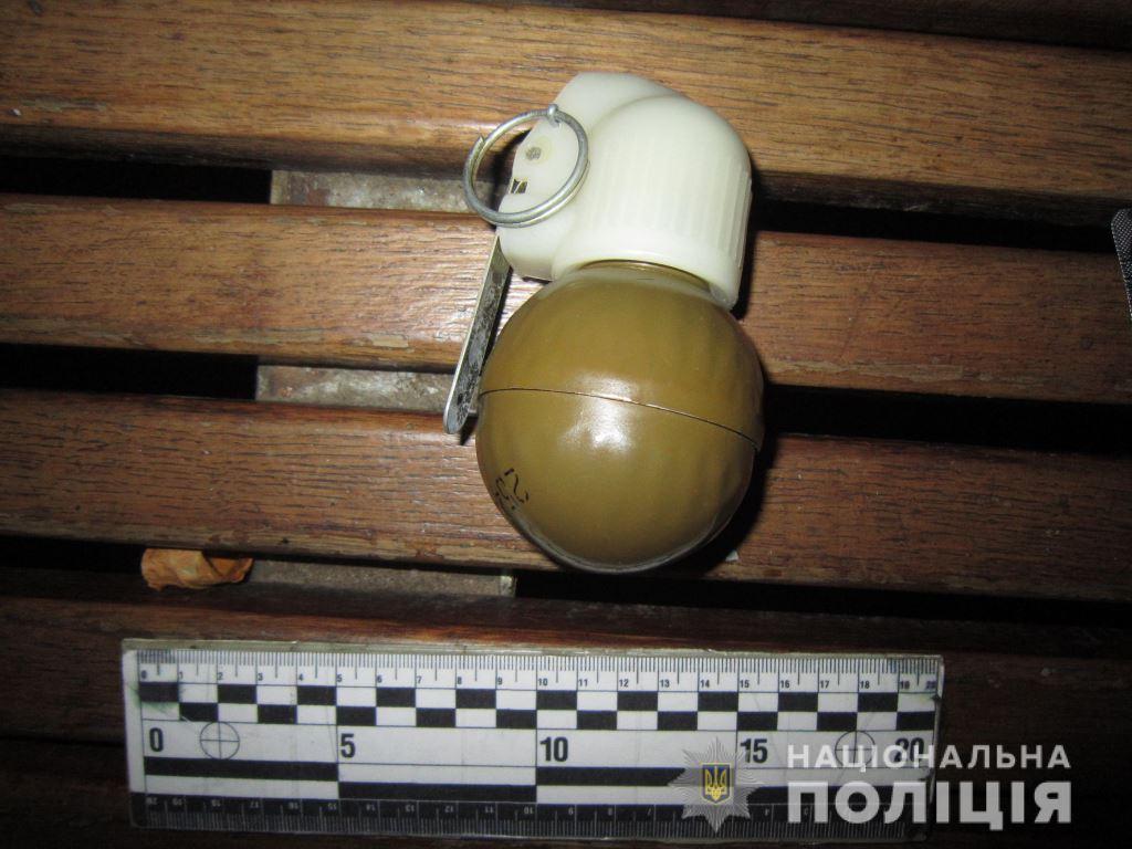 По центру Харькова разгуливал вооруженный мужчина