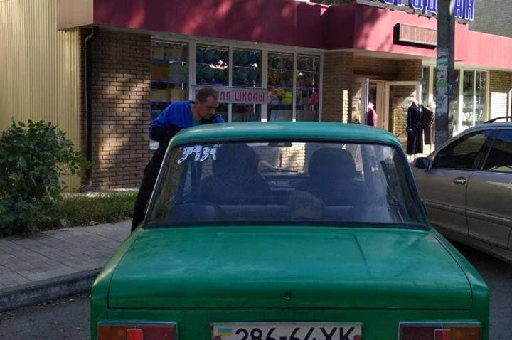 Происшествие возле магазина под Харьковом. Мужчине пришлось пережить неприятные минуты (фото)