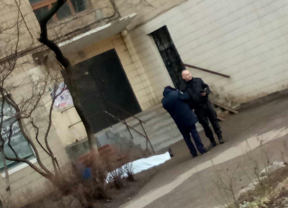 Прохожие нашли под окнами дома труп самоубийцы (ФОТО)
