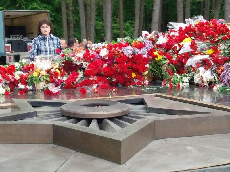 Харьковчане засыпали цветами Мемориал Славы (фото)