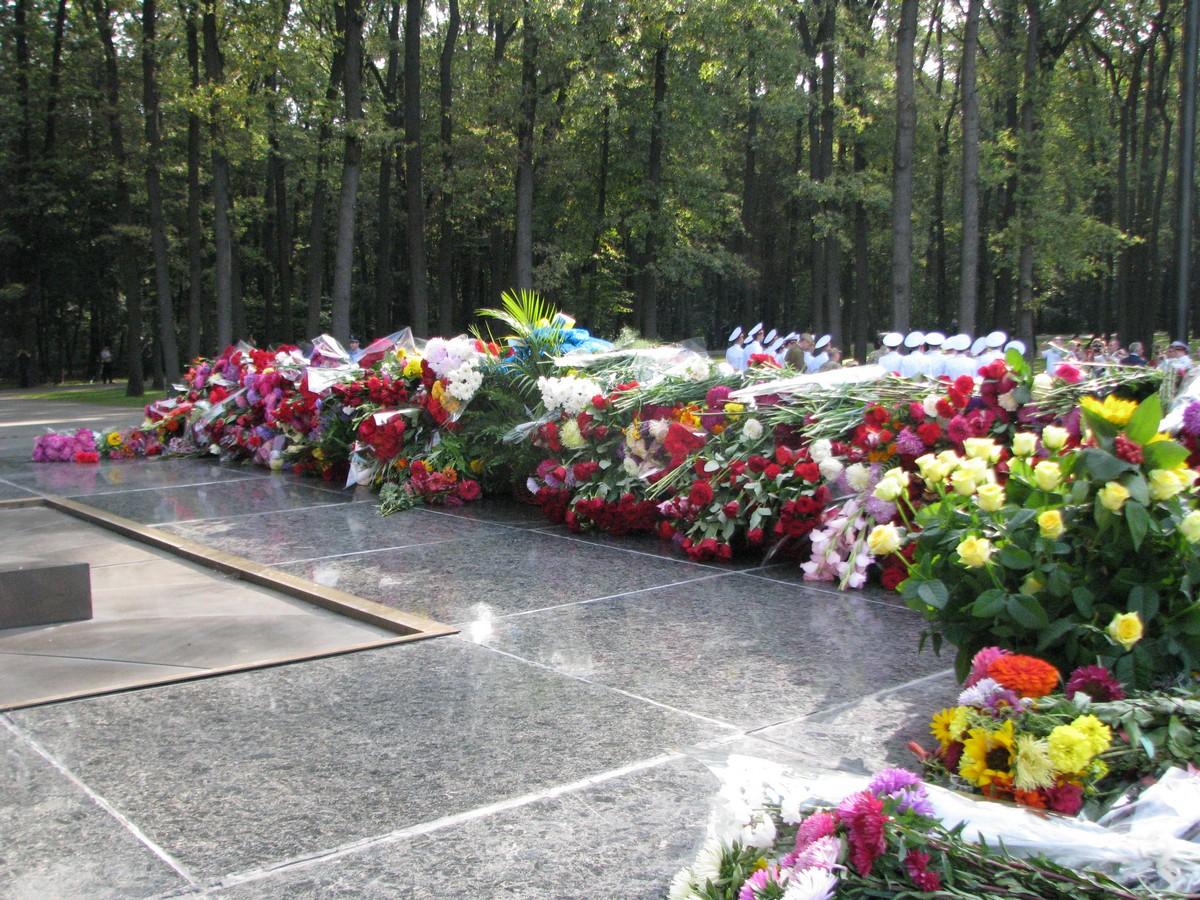 Главную мать Харькова завалили цветами (ФОТО)