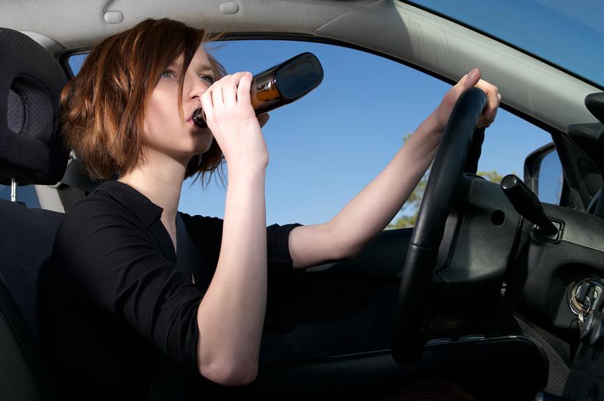 Алкоголичка устроила разнос на дороге (ВИДЕО)