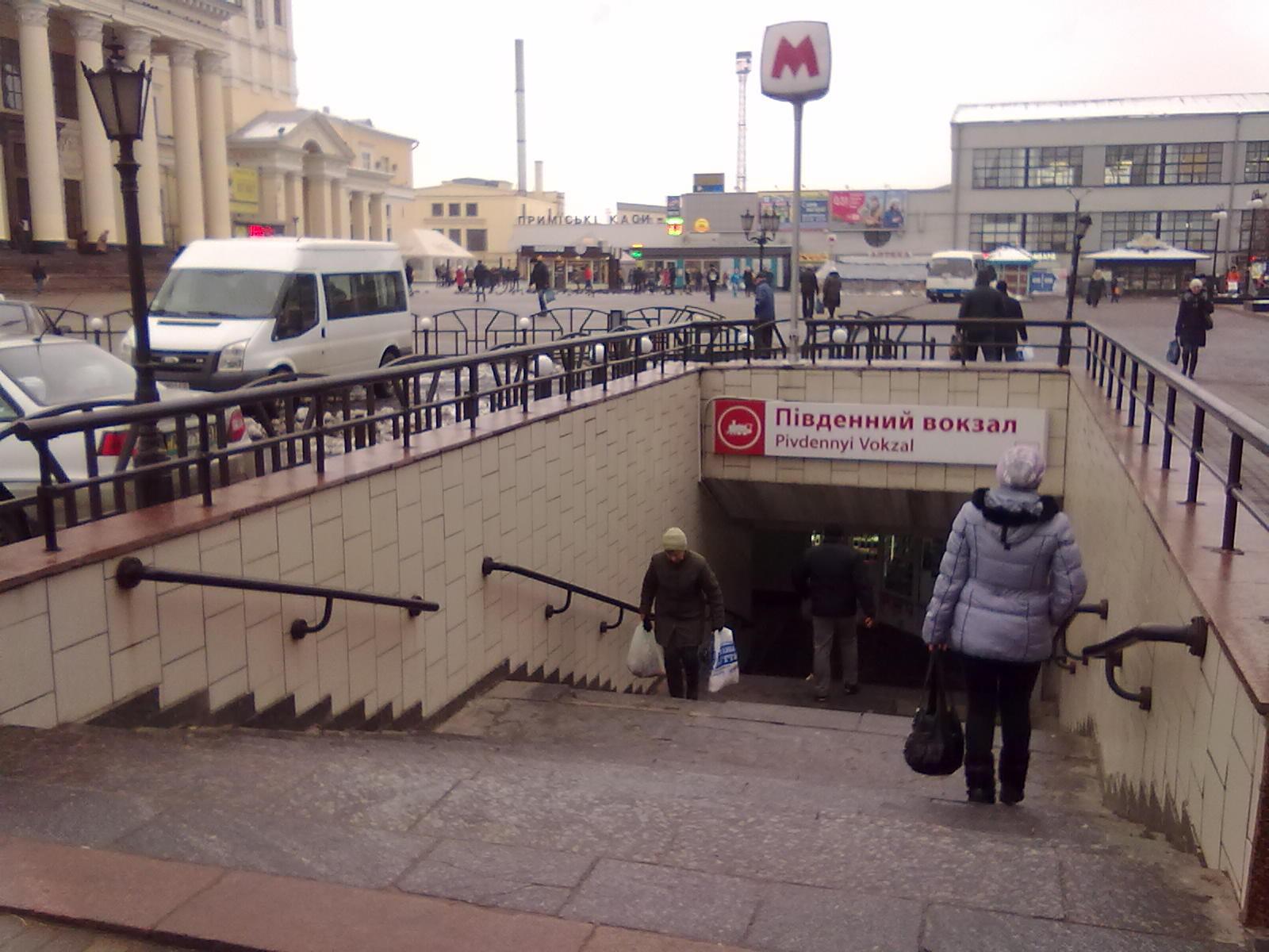 Продавец булочек шокировала пассажиров подземки (ФОТО)