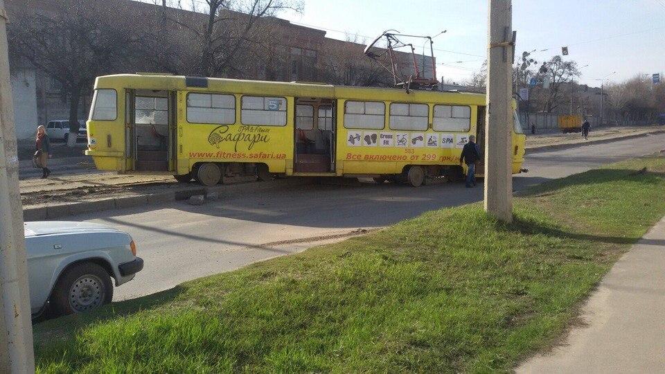 В Харькове трамвай перегородил дорогу (ФОТО)