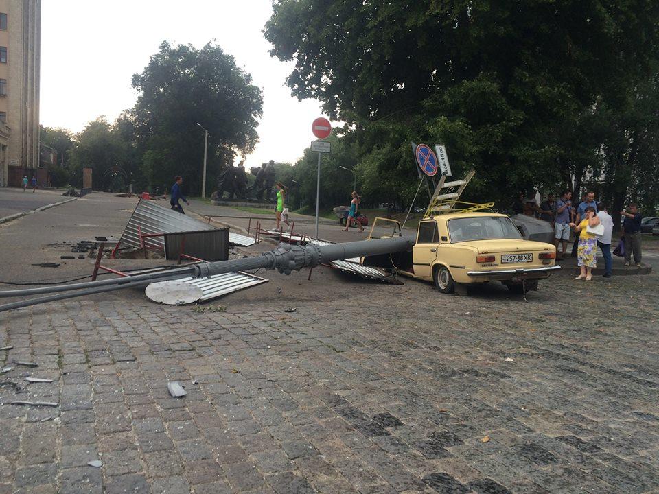 В центре города столб упал на мужчину (ФОТО)