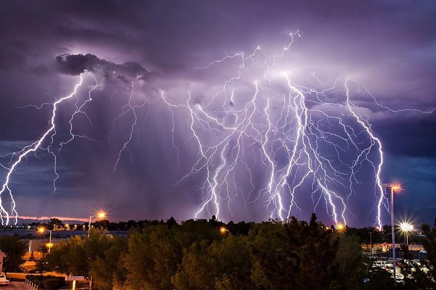 Молнию во все небо заснял житель Харьковской области (видео)