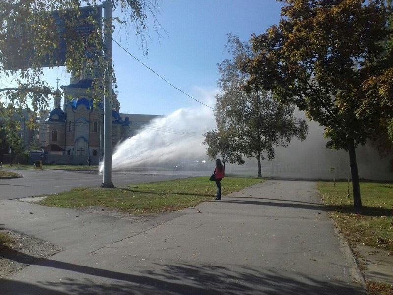 Струя воды разбила троллейбус на Салтовке (ФОТО, ВИДЕО)