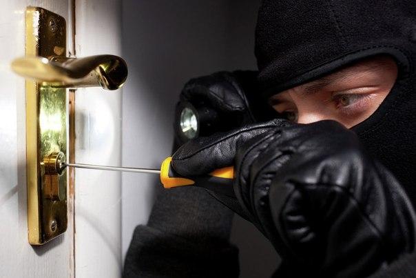 Пенсионерка «поймала» опасных мужчин в подъезде харьковской многоэтажки (фото)