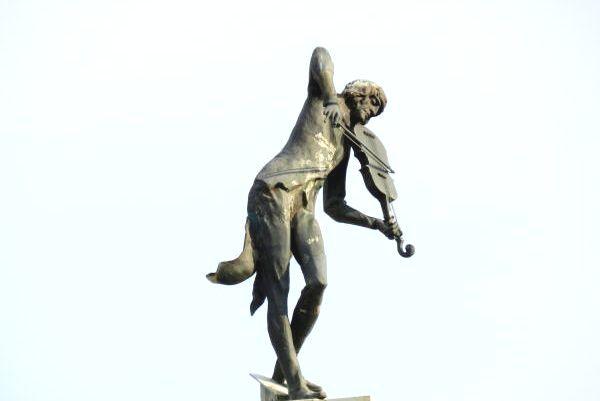 Кернес потребовал вернуть скульптуру скрипача на место (дополнено)