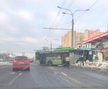 Водитель общественного транспорта, спасая людей, устроил погром (ФОТО,ВИДЕО)