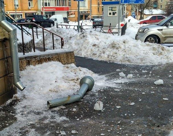 В центре города коммунальщики бросили на мужчину кусок трубы