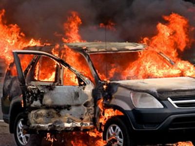 Легковушка с людьми вспыхнула в Харькове (ФОТО)