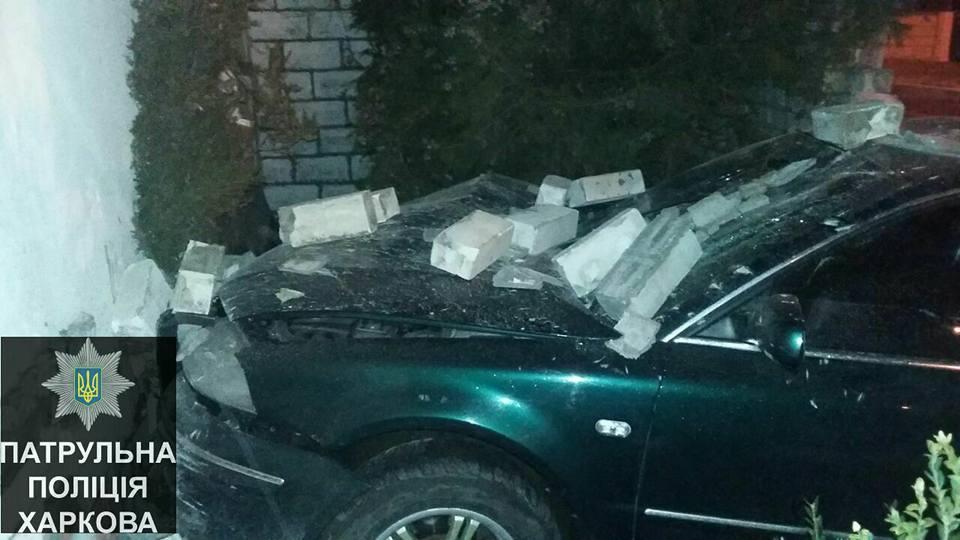 В Харькове автомобиль протаранил кирпичную стену. Есть пострадавшие (ФОТО)