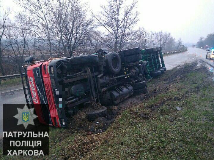 Фура перевернулась на окружной дороге Харькова (фото)