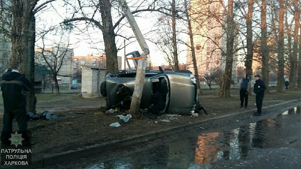 Авария в Харькове. Автомобиль вступил в неравный бой (фото)