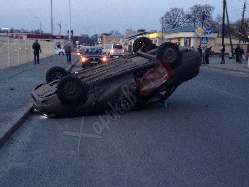 ЧП в Харькове. Один автомобиль перевернулся, второй загорелся (фото)