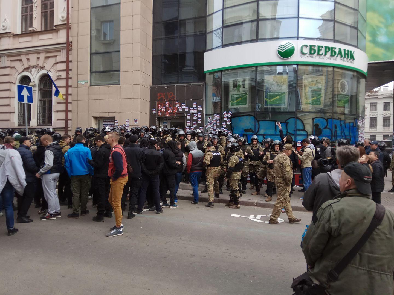 Активисты собираются сидеть под заблокированным банком до победного (видео)