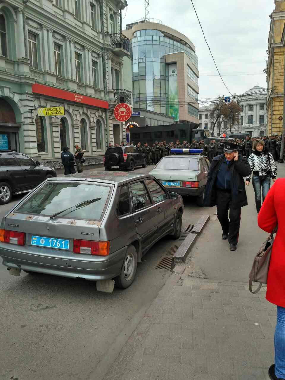 В Харькове под стенами банка возобновились потасовки