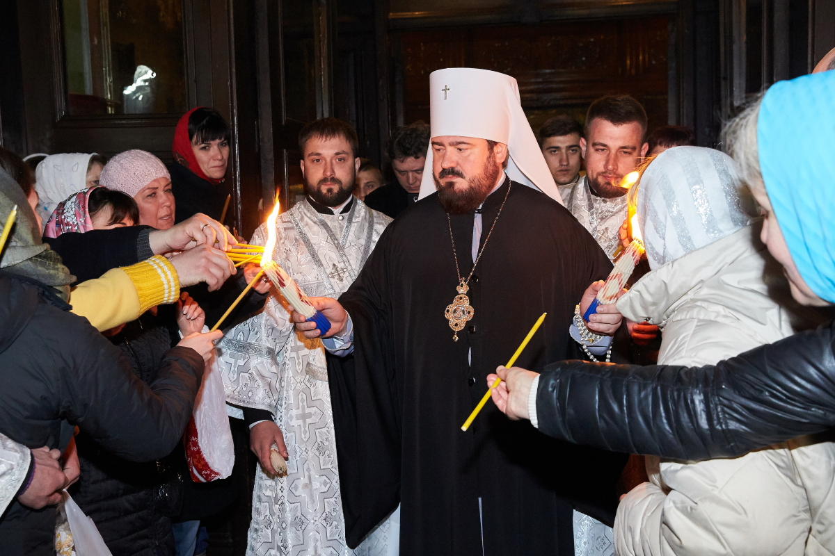 Благодатный огонь привезли во все храмы Харькова и области (фото)