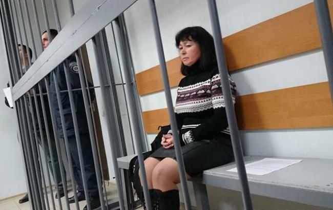 Преподаватель, которая продала ученицу, продолжает пугать девочку из клетки