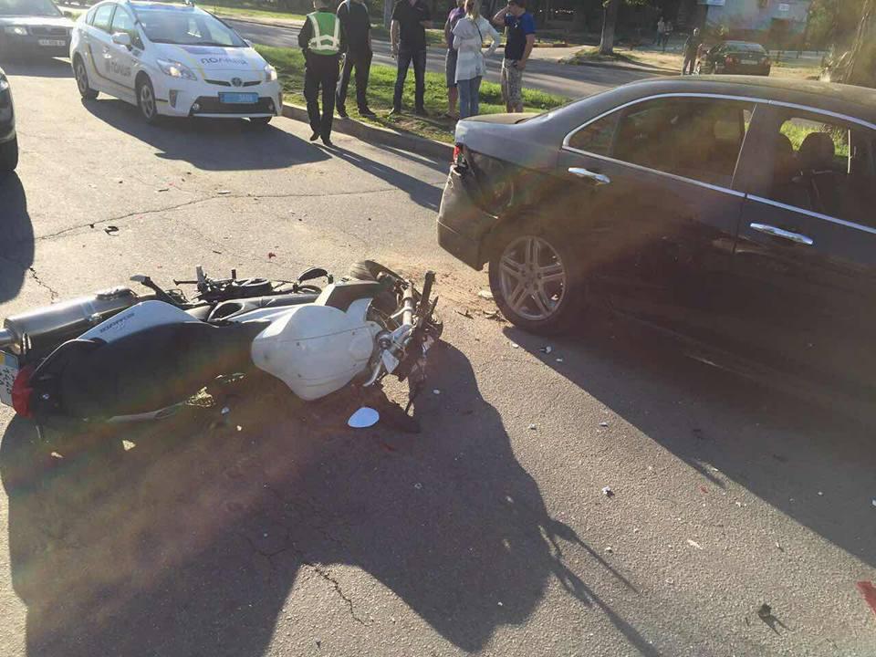 Авария в Харькове. Парня увезли в неотложку (фото)