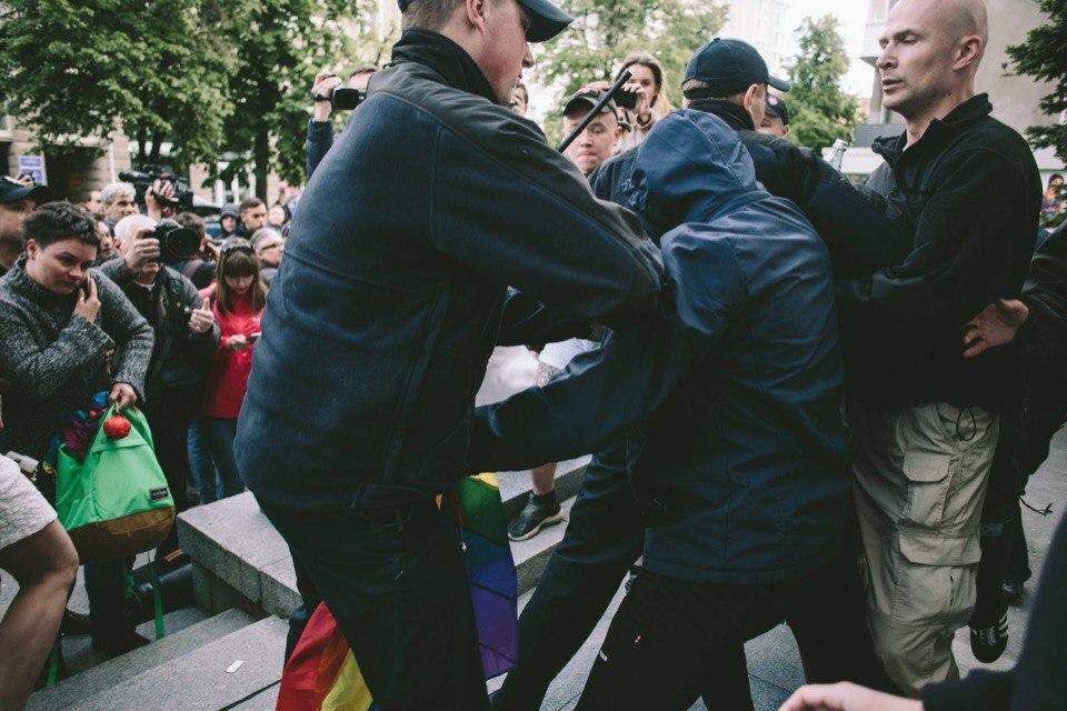 Украинская певица пострадала во время массовой потасовки в центре Харькова