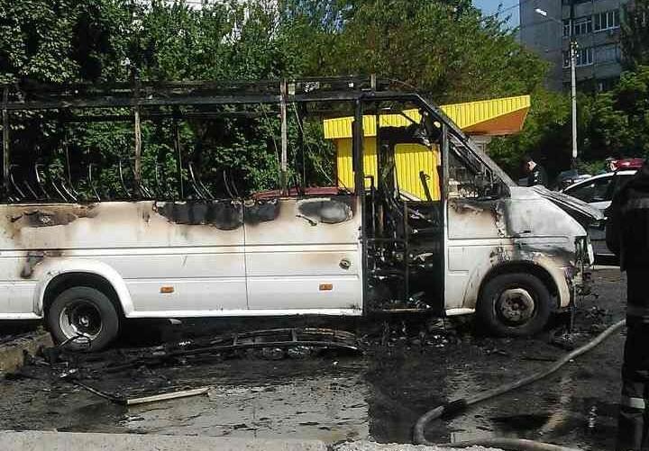 Загадочный пожар в Харькове. Машина сгорела дотла (видео)