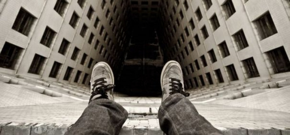 Развлечения подростков в Харькове: девушка сорвалась с крыши (видео)