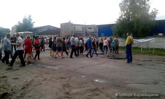 Под Харьковом люди остановили движение транспорта (фото)