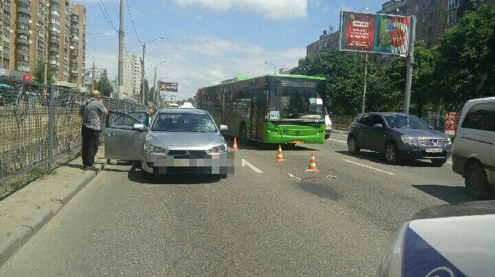 ЧП в Харькове. Сразу три человека оказались под колесами (фото)