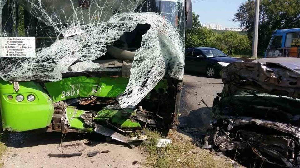 Пассажиры троллейбуса попали в страшную переделку на Павловом Поле