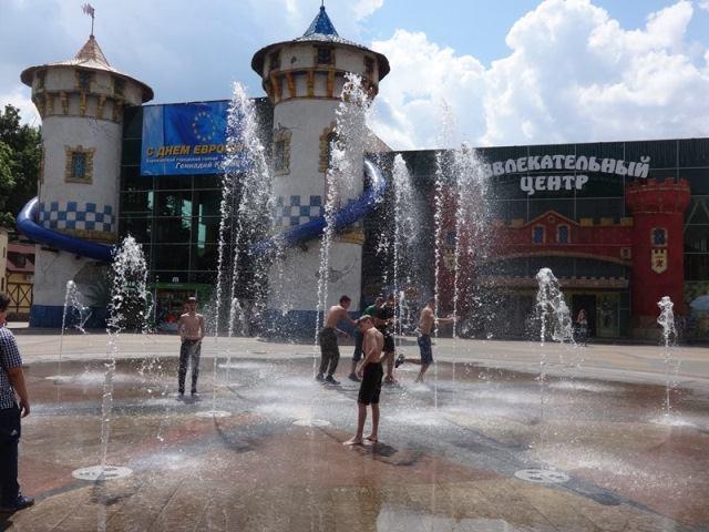 Харьковчане массово отказываются купаться дома (фото, видео)