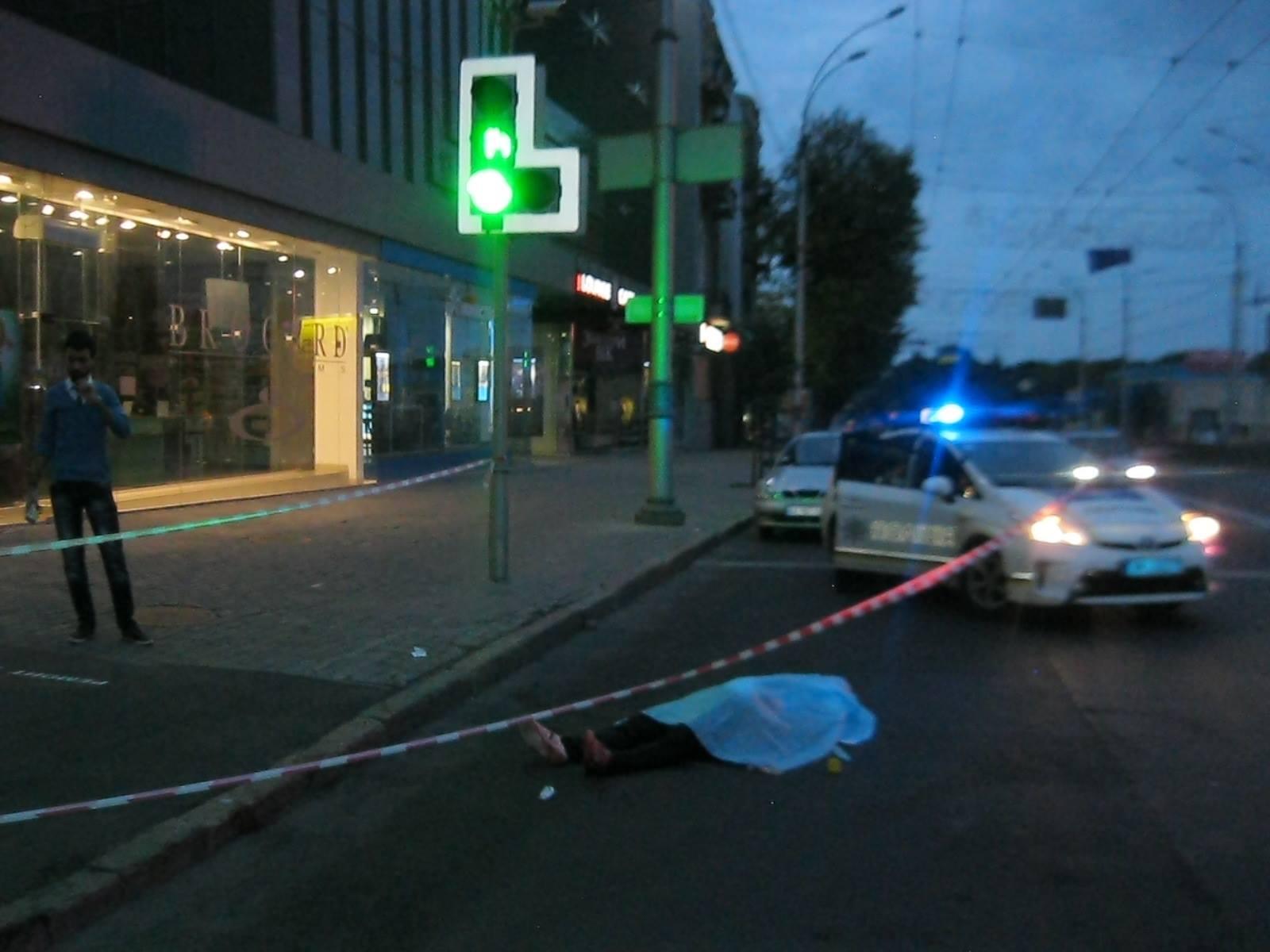 Мужчина, зарезавший иностранца в самом центре Харькова, подался в бега