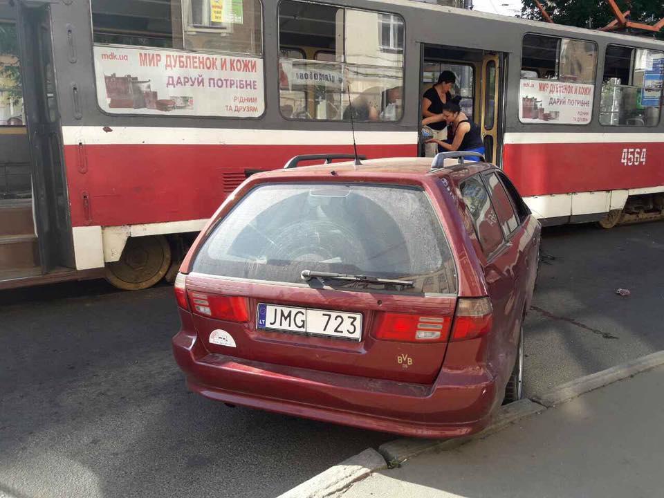 Страшная авария в Харькове. Несколько человек пострадали (фото)