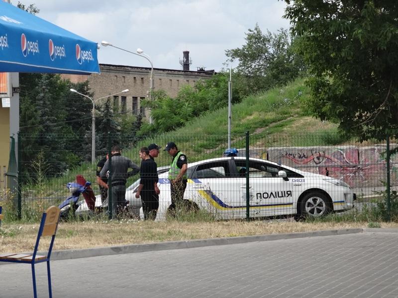 В Харькове копы заставили мужчину нести содержимое багажника в руках (фото, видео)