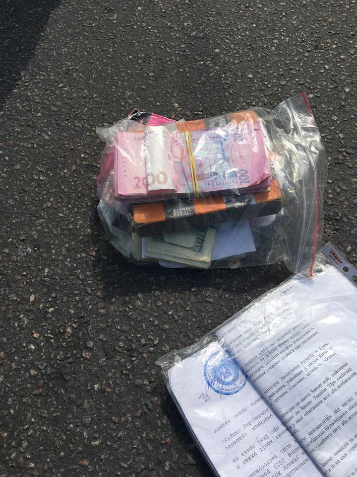 Огромную сумму денег нашли на дороге в Харькове