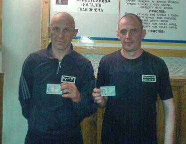 В Харькове двое мужчин стали обладателями карты, которой не смогут воспользоваться несколько лет