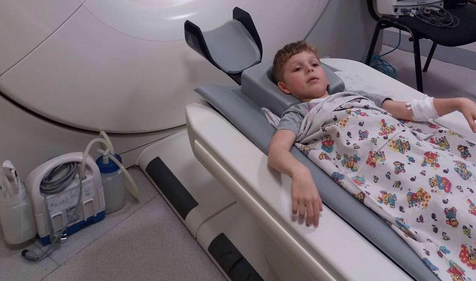 Ребенка с необычной травмой пытаются спасти харьковские медики