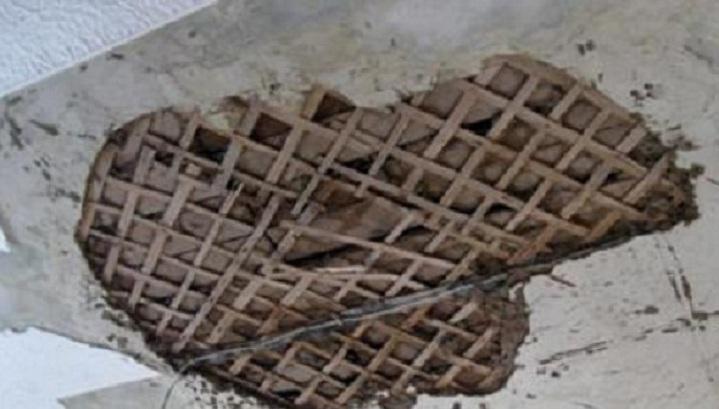 На пенсионерку с Холодной Горы обрушился потолок (фото)