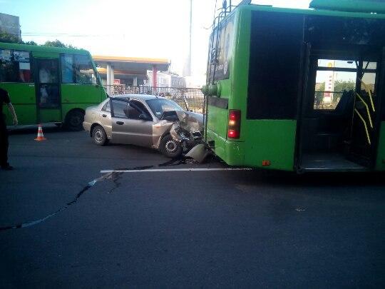 Пассажиры троллейбуса угодили в неприятность в Харькове (фото)