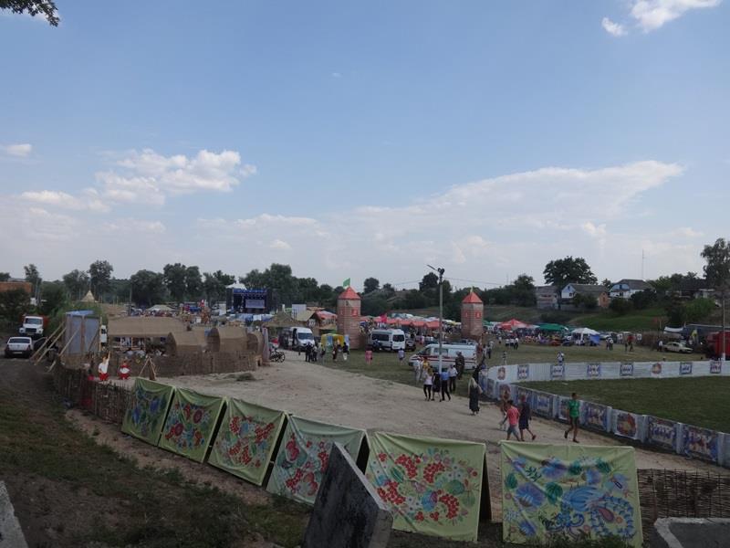 На фестивале в Коломаке ребенок упал в обморок, а зрители вынуждены были ютиться за забором