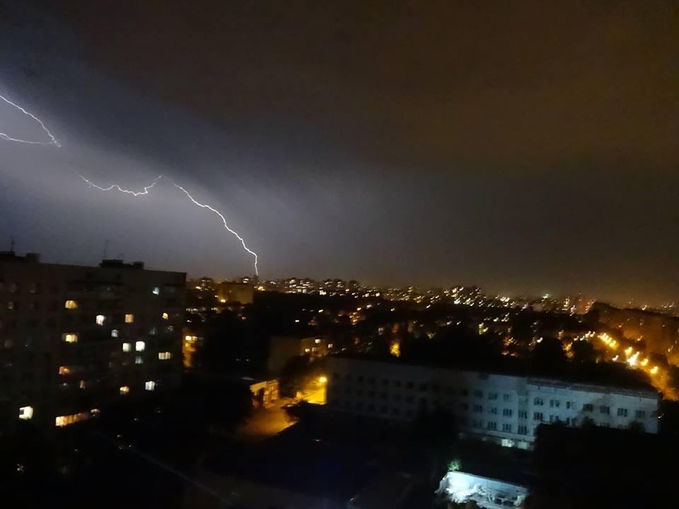 Яркие вспышки света рассекали ночью небо над Харьковом (видео, фото)