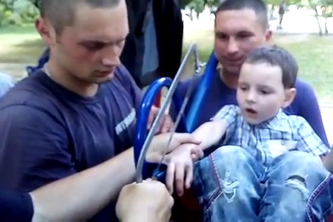 Мальчик попал в ловушку на детской площадке в Харькове (видео)