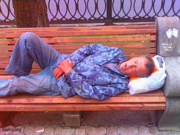 В центре Харькова двое неадекватных улеглись спать под открытым небом