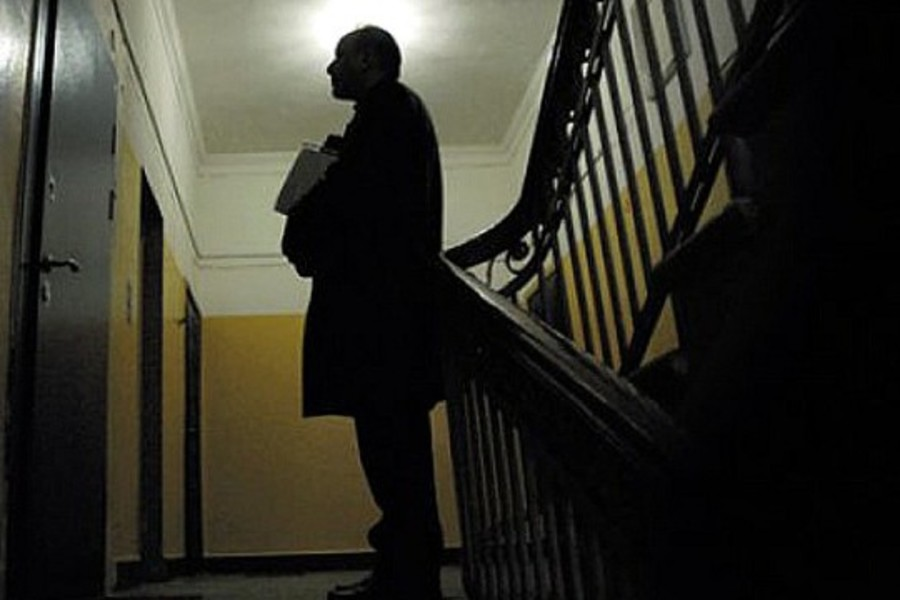 Пенсионерку из Близнюков загипнотизировал аферист из облэнерго